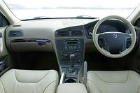 テスト車は、「XC70 2.5T」専用のパッケージオプション、「ベーシックパッケージ」を装着。「ルビーレッドパール」のボディカラーには、「ライトサンド」という淡いベージュの内装色が組み合わされる。