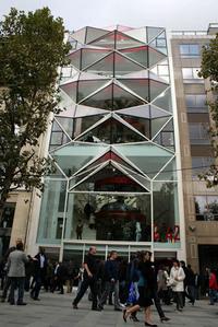 """第11回:シャンゼリゼに""""ガラスの折り紙"""" が出現! シトロエンの新ショールーム「C42」オープン"""