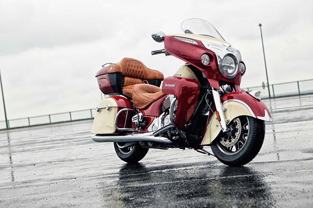 「インディアン・ロードマスター」は、アメリカで初めてモーターサイクルを生んだメーカー、インディアン・モーターサイクルの血統を受け継ぐツアラーモデル。1940年代のアメリカンモーターサイクルを象徴するとうたわれるノスタルジックなスタイリングに、パワーウインドシールドやキーレスイグニッションなどの最新装備を備える高級ツアラーだ。