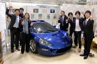 車両開発にあたる、グリーンロードモータースの代表取締役社長 小間裕康氏(写真左端)とスタッフの面々。今後は、「トミーカイラZZ II」(写真)についてもEV仕様が誕生する予定だ。