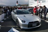 グランドスタンド裏のエリアには市販型GT-Rを展示。こちらも終日人だかりが絶えなかった。