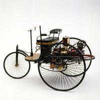 世界初のガソリン自動車であるカール・ベンツの「パテント・モートルヴァーゲン」(1886年)。エンジンは乗員の後ろ、後軸の上に搭載されていた。