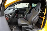 レカロのスポーツシートが鎮座するインテリア。マイナーチェンジを機に、日本仕様車のハンドル位置は右のみとなった。黄色いシートベルトは標準のアイテム。(A)
