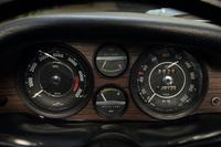運転席の正面に備わる計器は速度計、エンジン回転計、油温計、水温計の4種類。これとは別に、インストゥルメントパネルの中央に、油圧計、燃料計、時計が装備されている。