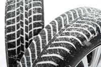 グッドイヤーのオールシーズンタイヤ「ベクター4シーズンズ ハイブリッド」(手前)と、同社のスタッドレスタイヤ「アイスナビ6」。