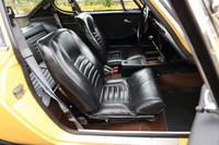 シートは黒のレザー製。後席の乗降を容易にするため、背もたれにはレバーで操作する可倒機構が備わっている。