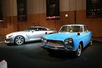 東京ミッドタウン内ホールAには、「マイバッハ」「ベントレー・コンチネンタル」「ポルシェ」といったブランドの、過去と現在を象徴するモデルを並べて展示。これもそのひとつで、1960年「プリンス・スカイラインスポーツ」と、先日ついに正式発表された、スカイラインの血を受け継ぐ「日産GT-R」。