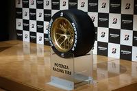 SUPER GTなどで使用される「ポテンザ」のレーシングタイヤ。