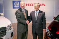 GMのスティーブン・ガースキー副会長(左)と、ホンダの岩村哲夫代表取締役副社長(右)。
