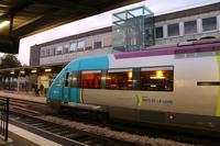 文中のTGVではないが、フランスの鉄道車両の例。暖色系の、控えめな照明が落ち着いた雰囲気を醸し出している。ナントにて。