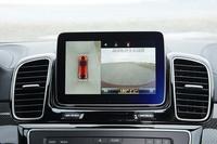 リバースギアを選択すると、インパネ中央の8インチワイドディスプレイに「360°カメラシステム」による車両の周囲の映像が映し出される。左が画像合成によるトップビューで、右がバックカメラの映像。