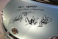 サイン入りのウィッシュは、お台場「MEGA WEB」に展示される。