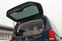 バックドアのリアウィンドウだけを開閉することもできる。車体後方に空きスペースが乏しい場所でも、荷物の出し入れが可能になる。