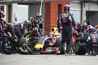 前戦ハンガリーGPで初表彰台を味わったレッドブルのダニール・クビアト(写真)は12番グリッドからスタート。最後のスティントでソフトタイヤを選び、ミディアムを履く前車を次々と追い抜くことに成功、結果4位でフィニッシュした。チームメイトで前年ベルギーGPの覇者、ダニエル・リカルドは5番グリッドから出走、マシントラブルでリタイアを喫した。(Photo=Red Bull Racing)