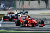 ルイス・ハミルトンのリタイアに救われ、3位表彰台を獲得したフェラーリのキミ・ライコネン(写真先頭)。速さではブラウン、メルセデスに敵わなかったが、4戦連続ポディウムフィニッシュでコンストラクターズ選手権3位キープに貢献した。だが来季のシートを巡ってはフェラーリに残留できるか不透明。チームはもっぱら、現在ルノーを駆るフェルナンド・アロンソにご執心のようで、契約を1年残しライコネンを追い出すのではと噂される。 いっぽう、フェリッペ・マッサの代役で、ルカ・バドエルからステアリングを引き継いだジャンカルロ・フィジケラは、イタリア人の夢をイタリアGPで叶えた。だが予選14位、決勝では9位完走と地元ファン、ティフォシの夢は不完全燃焼。(写真=Ferrari)