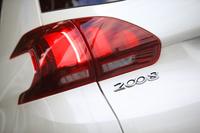 テールゲートに装着された「2008」のバッジ。新デザインのLEDリアコンビランプも、マイナーチェンジモデルの特徴のひとつ。