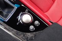 センターコンソールには、走りの特性を変化させるセレクターがレイアウトされる。