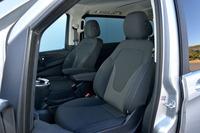 「メルセデス・ベンツV220d」の前席。シート地はブラックのファブリックで、運転席の左側と助手席の右側に、アームレストが与えられる。