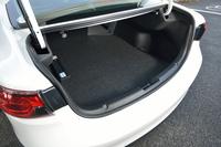 トランクルームは、ダンパーなどが露出しないスッキリとした開口部が自慢。上方にあるノブを使えば、荷室側からも後席をたたむことができる。