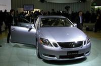 「GS450h」、来年投入予定の「GS」のハイブリッド版である。3.5リッターV6とモーターのカップリング。