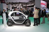 「ルノー・トゥイジー」はタンデム2座の小型電気自動車。