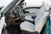 「クーパーS」のフロントシートには、シートヒーターが標準装備される。