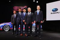 右からSTIの平川良夫社長、同 辰己英治氏、井口卓人選手、山内英輝選手、STIの菅谷重雄氏。