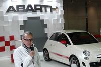 「アバルトの日本導入は、フィアットブランドにとってもプラスに働くだろう」と語った、フィアットグループオートモービルズジャパンのポンタス・ヘグストロム社長。奥はこの春発売予定の「アバルト500」。