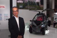「スマート インセクト」のコンセプトを語るトヨタ自動車の友山茂樹常務役員。