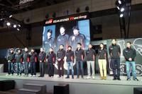 チーム代表の豊田章男社長(左から6人目)と技術代表の伊勢清貴常務役員(同5人目)、そしてドライバーたち。「東京オートサロン2013」会場(幕張メッセ)で。