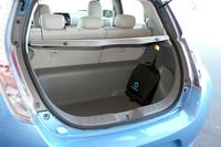バッテリーはキャビン床下に搭載されるため、荷室の床面は低い。付属の黒いバッグは、充電ケーブルが収められたもの。