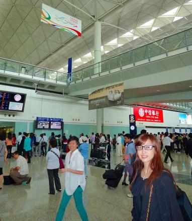 今回、アストン・マーティン初のコンパクトカー「シグネット」が香港と日本で発売されるにあたって、香港で試乗会が開催されました。香港――行くのは4度目くらい(?)ですが、クルマを運転するのは初めて。渋滞が激しい都市なのでドキドキです。 ちなみに、中国本土では特別な運転免許証が必要なようですが、香港では(今回は?)国際運転免許証でオーケーでした。
