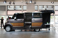 こちらは、オプション「テールゲートカーテン」の装着例。車内のシェードや収納など、車中泊を前提とした純正グッズも多数用意される。