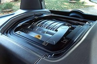 3リッターV6は、リアシートがあった場所に横置きされる。