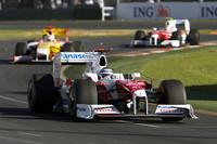 オーストラリアGPを走る、トヨタのヤルノ・トゥルーリ(写真手前)。