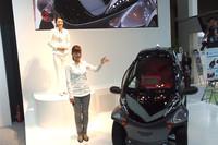 「CEATEC JAPAN 2012」のトヨタブースでは、デモンストレーターによる実演が行われた。