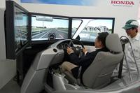 こちらは、信号機からの情報を受け取り、ドライバーに赤信号にひっかからないような運転を促す路車間通信技術を紹介するシミュレーター。CO2排出量の低減やスムーズな交通に寄与するだけでなく、ドライバーのストレスも軽減してくれそうだ。