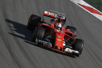 予選でメルセデスを蹴散らし、通算47回目のポールポジションを獲得したフェラーリのベッテル(写真)。スタートでボッタスに抜かれ2位に落ちると、なんとか先行するシルバーアローを攻略しようと策を巡らせたが成功せず。これまでの4戦では、優勝2回、2位2回でチャンピオンシップのトップを堅持している。(Photo=Ferrari)
