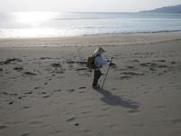 遍路はどこも道にしてしまう。時には海岸の砂浜や石の上をも通過する。足摺岬に近い大岐の浜で。これはこれで自由でいい。