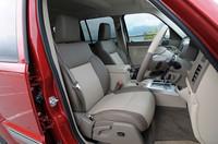 レザーのフロントシートには、シートヒーターが標準装備される。