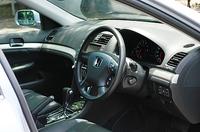 インテリアは手堅くまとめられた。テスト車のアヴァンツァーレはオプションの革内装。やはりオプションのDVDナビゲーションシステムが装着される。8インチのワイドディスプレイが贅沢だ。そのほか、装備はいたれりつくせり。左右独立のオートエアコン、インダッシュ6連奏CDプレイヤー、クルーズコントロール、オーディオスイッチ付きのステアリングホイール、サングラス入れ、リアガラス用の電動サンシェード、携帯するだけでドアの施解錠ができる「スマートカードキー」などを標準装備する。