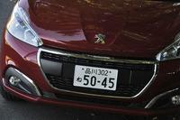フェイスリフトで新デザインのフロントグリルを得た「プジョー208」。試乗車は上級グレードの「アリュール シエロパッケージ」(車両価格256万円)。