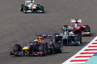 ベッテル(先頭)にとっての勝負どころはスタート後3周目。メルセデス駆るポールシッターのニコ・ロズベルグ(その後ろ)を抜きトップを奪うと、その後、格段に勝るペースで後続を引き離した。(Photo=Red Bull Racing)