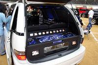 リアだけでなく、車室内にも多数の液晶モニターをインストール。その数35台というから驚く!数多くのアクリルやネオンを使って作られたエスティマは、多くの来場者の目を止めていた。