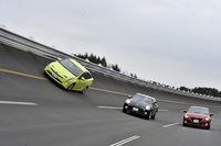 JARI(日本自動車研究所城里テストセンター)の高速周回路を行く新型「トヨタ・プリウス」とライバル車。(写真=高橋信宏)