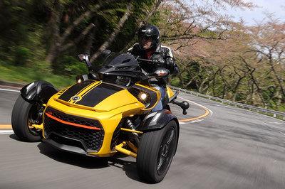 カナダ生まれの三輪モーターサイクル「カンナム・スパイダー」。その走りをリポートする。