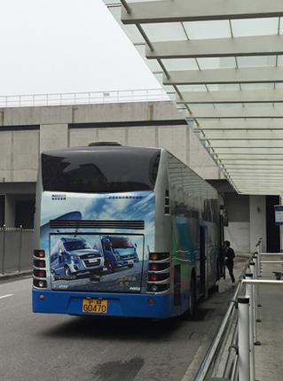 浦東空港のバスターミナルで。バスはボルボ製だが、ラッピング広告は南京汽車-フィアット・インダストリアル系IVECO(イヴェコ)の合弁会社「NAVECO(ナヴェコ)」のものである。