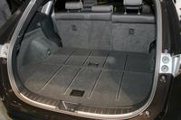 荷室のフロアには金属調のレールが付き質感が演出される。
