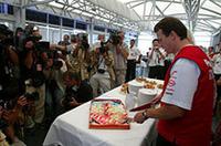 1994年にリジェ・ルノーでGPデビューを果たしたオリヴィエ・パニスは、10周年を祝った(写真=トヨタ自動車)