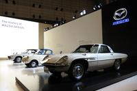 マツダブースに展示されていた、手前から「コスモスポーツ」(1967年)と「R360クーペ」(1960年)、「ルーチェ ロータリークーペ」(1969年)。